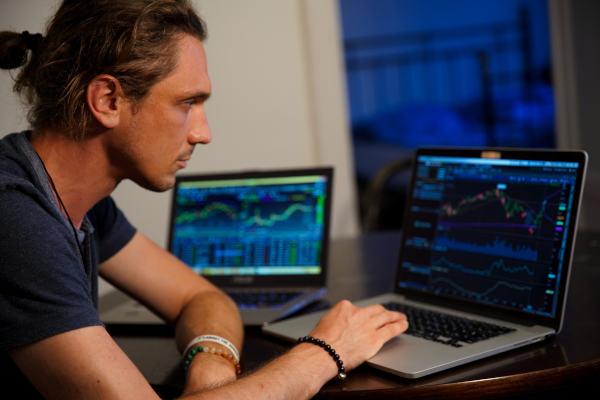 Direkt an der Börse handeln und eigenes Depot aufbauen.
